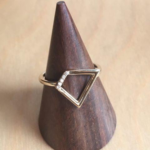 めずらしいデザインのダイアモンドリング小倉ディティーク